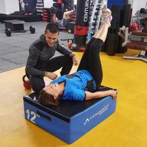 Notre coach sportif donne les consignes pour travailler ses abdominaux en sécurité