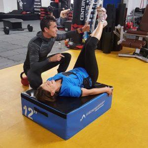 Notre coach donne un cours personnalisé de fitness, tête à tête avec l'adhérent