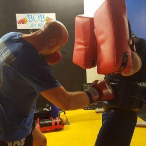 deux adhérents s'entraînent et améliorent leur boxe grâce à notre centre d'entraînement coaché